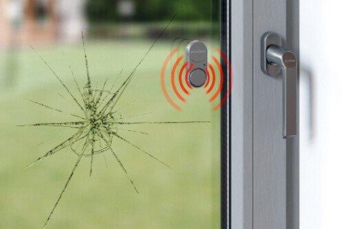 Der Glasbruchmelder gibt ein passives & akustisches Signal